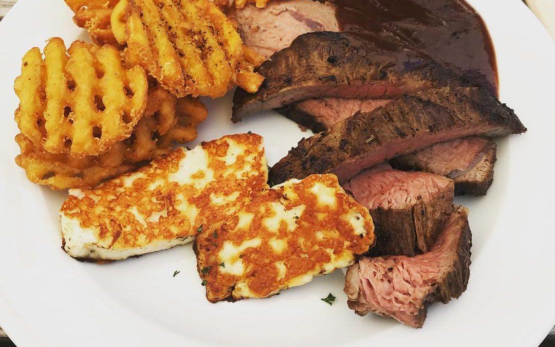 Steaks mit Waffelpommes