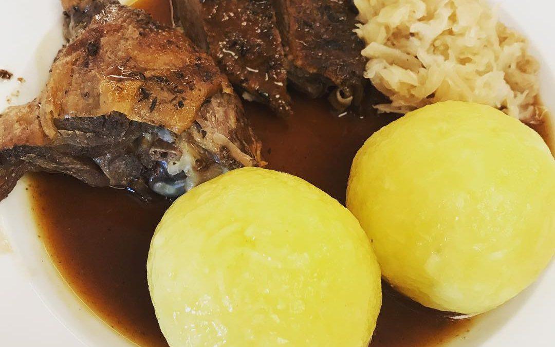 Gänsebrust und Gänsekeule mit Sauerkraut und Knödel